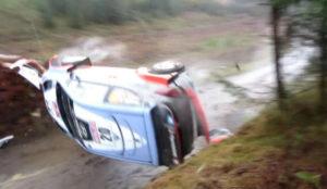 Neuville da una vuelta de campana en el Rally de Polonia 2015.