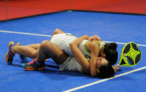 Las gemelas Sánchez Alayeto celebran la victoria en el Estrella Damm...
