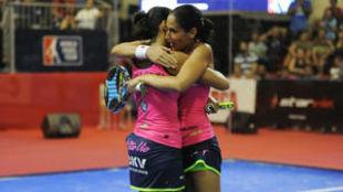 Las gemelas Sánchez Alayeto celebran una victoria durante esta...