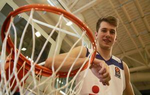 Luka Doncic posa para MARCA apoyado en un aro.