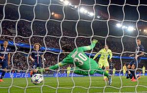 Luis Suárez bate a Sirigu en una eliminatoria europea contra el PSG