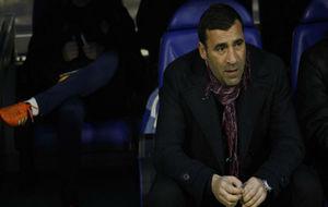 Raúl Agné en el banquillo antes del último partido contra el...