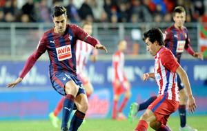 Dani García pisa el balón en el partido ante el Atlético de Madrid