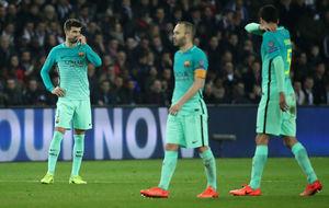 Los jugadores del Barça decaídos tras la derrota en París