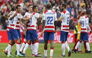 Los jugadores del Granada celebran la victoria ante el Sevilla nada...