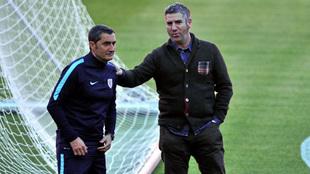 Ernesto Valverde y Josu Urrutia charlan sobre el césped durante un...