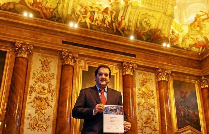 Nacho Labarga (27), coeditor de MARCA Plus, recogiendo el premio en el...