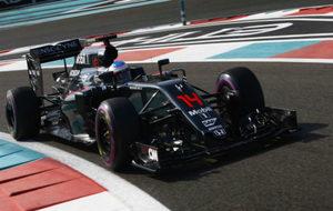 Alonso pilota el MP4-31 en el GP de Abu Dabi de 2016.