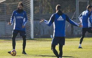 Samaras toca balón en un entrenamiento.