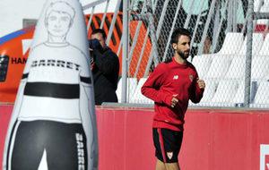 Nico Pareja hace carrera en un entrenamiento del Sevilla.