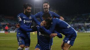 Jugadores del Getafe celebran uno de los goles ante el Cádiz.