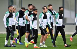 Zozulya (27), con sus compañeros del Betis
