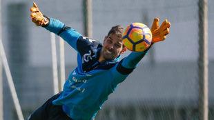 Dani Hernández se estira para repeler el balón en un entrenamiento...