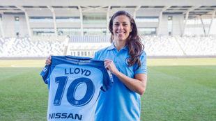 Carli Lloyd posa con la camiseta de su nuevo club.