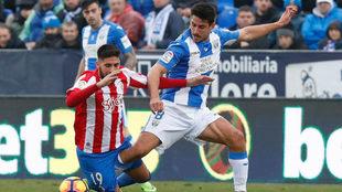 Gabriel disputa el balón en el partido frente al Sporting de Gijón