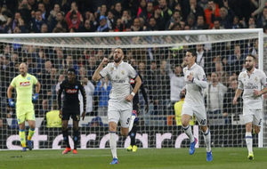 Benzema celebra el tanto conseguido ante el Nápoles.