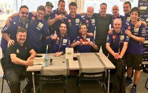 El equipo de Rossi, con la tarta.