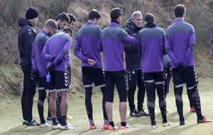 Los jugadores del Real Valladolid rodean a Paco Herrera durante un...