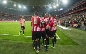 Los jugadores celebran un gol en el partido contra el Deportivo.