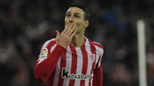 Aduriz celebra un gol en un partido.