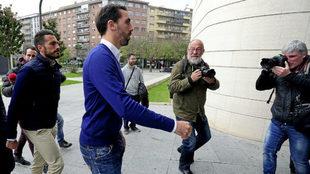 Xavi Torres y Jordi Figueras llegan a los Juzgados de Pamplona.