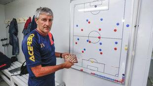 El entrenador de la UD Las Palmas, Quique Setién posa para MARCA con...