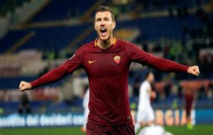 Edin Dzeko celebra un gol con la Roma.