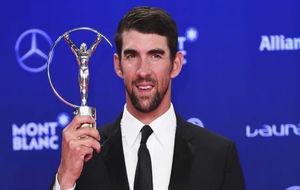 Michael Phelps con su trofeo en los Premios Laureus 2017.
