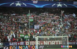 La afición del Sevilla anima en el partido de Champions contra el...