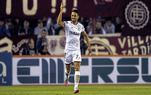 Lautaro Acosta celebra un gol con Lanús.