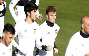 Carlos Soler y Toni Lato, durante un entrenamiento con el primer...