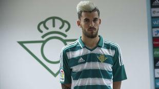 Dani Ceballos posa con la camiseta con la que el Betis jugará en...