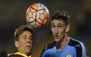 Bueno (derecha), luchando un balón en el Sudamericano Sub 20