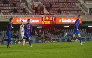 Los jugadores del Barça B celebran uno de los tantos al Mallorca B el...