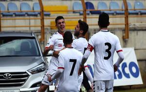 Los jugadores de la Cultural Leonesa celebran un gol en el Reino de...