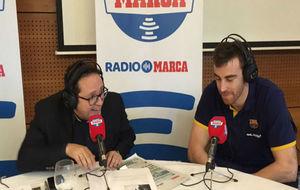 Víctor Claver en el stand de Radio MARCA en Vitoria hablando en el...