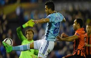 Cabral intenta controlar el balón en un momento del encuentro ante el...