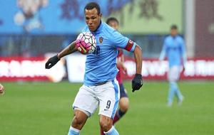 Luís Fabiano durante un partido con el Tianjin chino