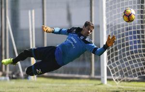 Dani Hernández intenta despejar un balón durante un entrenamiento...