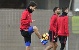 Pareja, tocando balón en un entrenamiento