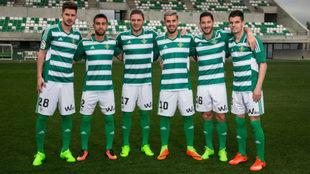 Los jugadores andaluces del Betis, posando con la camiseta especial...