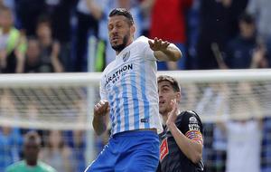 Demichelis salta por un balón en el partido contra el Espanyol.