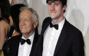El editor estadounidense Hugh Hefner y su hijo Cooper Hefner