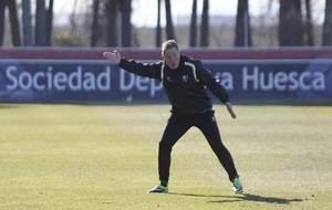 Anquela da una indicación en un entrenamiento del Huesca.