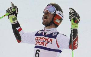 Marcel Hirscher celebra su victoria en St. Moritz.