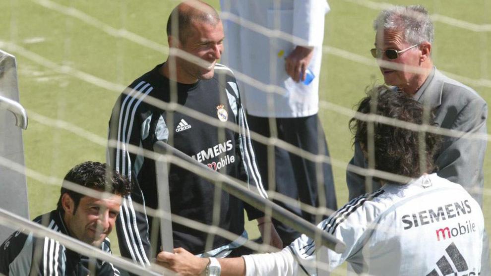 Zidane, con Figo y su padre en un entreno del Madrid en 2005