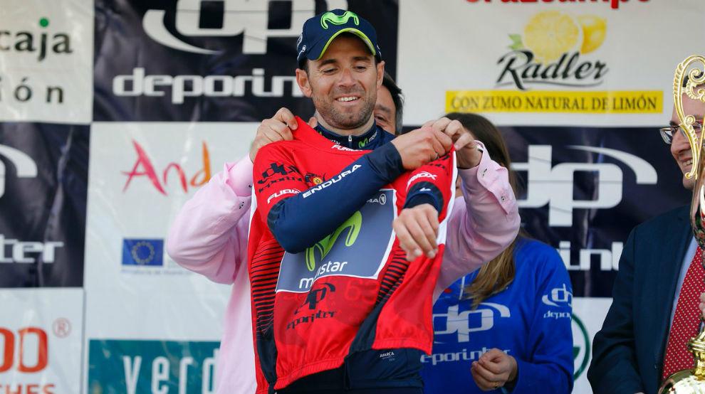 Valverde se enfunda el maillot de líder de la Vuelta a Andalucía.