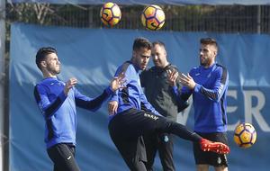 Diego Reyes, golpeando el balón en un entrenamiento con el Espanyol.