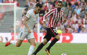 Munir y Balenciaga pugnan por un balón en el último...
