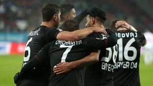 Los jugadores del Bayer, celebrando un gol ante el Augsburgo.